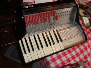Yardsale Accordion with stuck treble keys